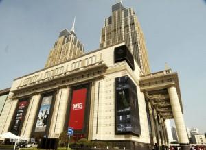 奥に見える二棟のビルにホテルやオフィスなどが用意されている。